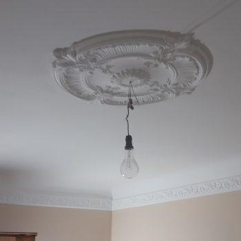 Decken-Stuckornament als Lampenfassung
