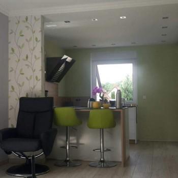 Mustertapete in grünen Blumenmuster mit hellgrüner Wand