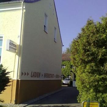 Sanierung der Fassade von Lederwaren Wegner in Beige mit Firmenschriftzug
